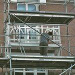 gente-poilane-installation-en-cours-balcon-bois-a-l-identique-rue-robert-douineau-nantes