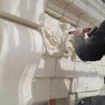 tailleur-de-pierre-travaillant-a-la-renovation-facade-place-aristide-briand-nantes-travaux-realises-par-sorenov