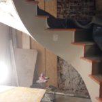 travaux-en-cours-habillage-d-un-escalier-en-plâtrerie-dans-un-magasin-vuitton-a-bruxelles-realisation-profil-staff
