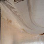 etat-degrade-plafond-avant-intervention-profil-staff-cage-escalier-chateau-du-mazeau