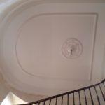 rosace-realisee-par-profil-staff-installee-cage-escalier-chateau-du-mazeau