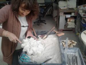 eleve-sculptant-son-projet-dans-un-bloc-de-calcaire-atelier-sculture-sur-pierre-nantes-renaissance