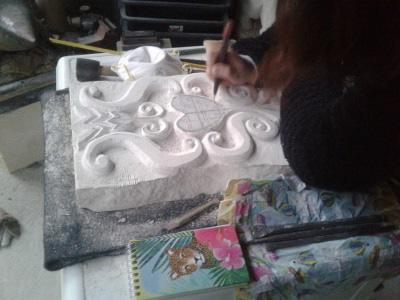 eleve-sculptant-son-projet-dans-un-bloc-de-calcaire-atelier-sculpture-sur-pierre-de-nantes-renaissance