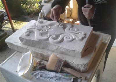 eleve-sculptant-un-bloc-de-calcaire-cours-sculpture-nantes-renaissance