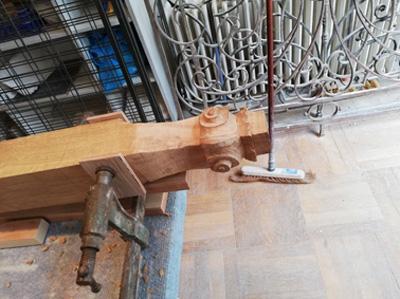 pied-d-armoire-en-cours-de-realisation-sculpture-sur-bois-nantes-renaissance