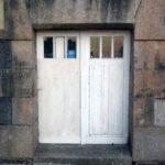 etat-avant-remplacement-porte-acces-cave-chateau-grandchamp-des-fontaines-menuiserie-chever